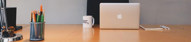 Schreibtisch mit Büroutensilien